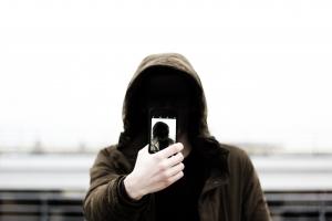 Onherkenbare man met telefoon